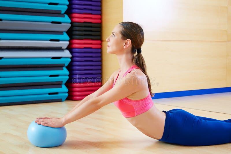 Entrenamiento del ejercicio del cisne de la bola de la estabilidad de la mujer de Pilates fotos de archivo