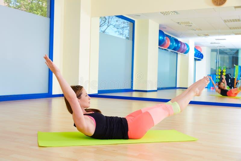 Entrenamiento del ejercicio del estiramiento de la pierna del doble de la mujer de Pilates fotografía de archivo