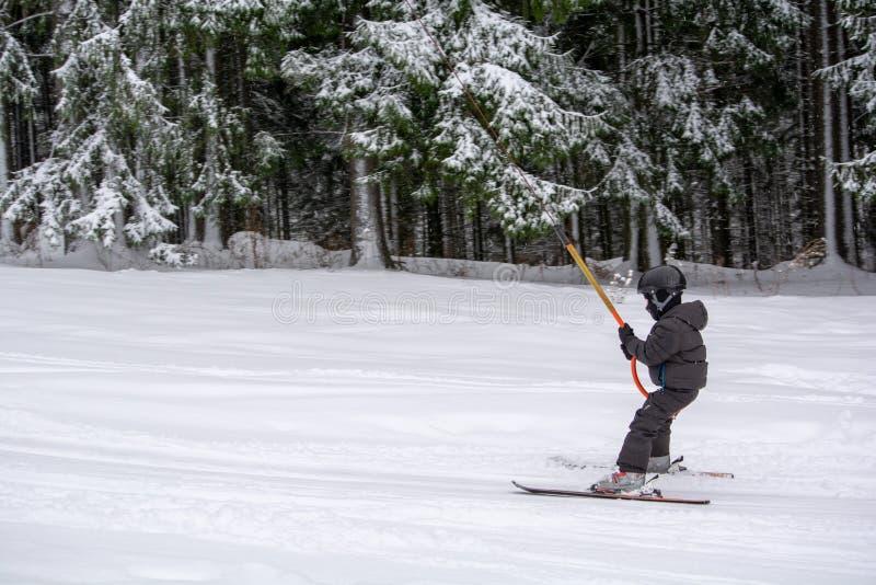 Entrenamiento del esquí para los niños en invierno en Rumania imágenes de archivo libres de regalías