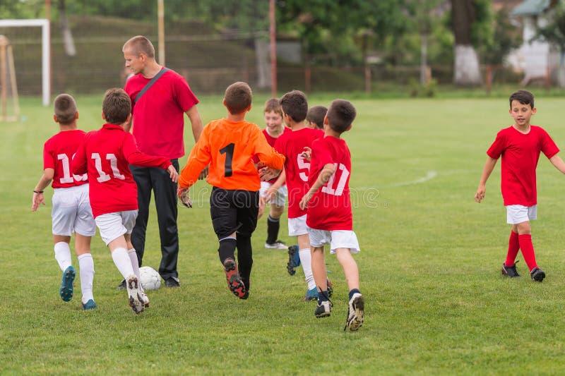Entrenamiento del fútbol para los niños foto de archivo