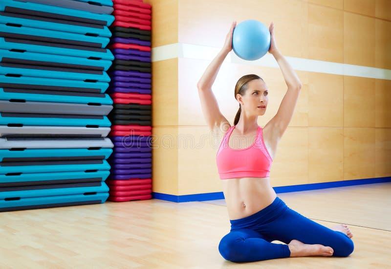 Entrenamiento del gimnasio del ejercicio de la bola de la estabilidad de la mujer de Pilates imagen de archivo libre de regalías
