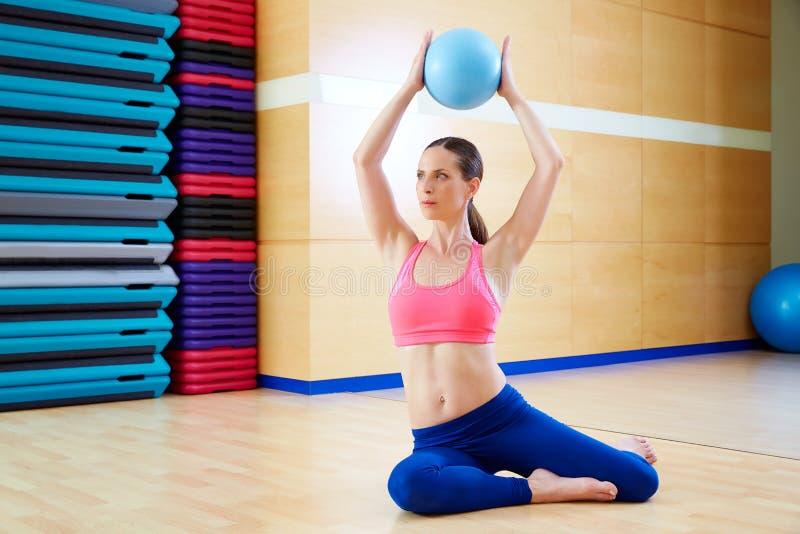 Entrenamiento del gimnasio del ejercicio de la bola de la estabilidad de la mujer de Pilates fotos de archivo libres de regalías