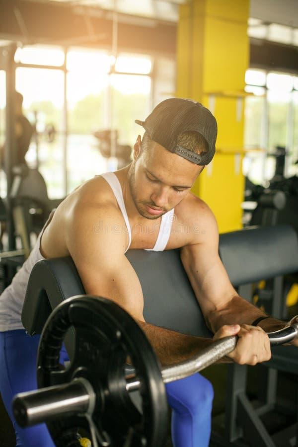 Entrenamiento del hombre joven en gimnasio imagen de archivo libre de regalías