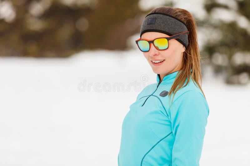 Entrenamiento del invierno Ropa de deportes y gafas de sol que llevan de la muchacha fotografía de archivo