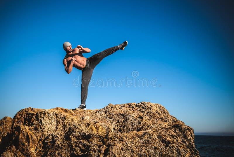 Entrenamiento del karate en las orillas fotografía de archivo libre de regalías