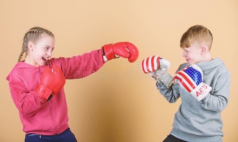 Entrenamiento del peque?o boxeador de la muchacha y del muchacho en ropa de deportes Ni?os felices en guantes de boxeo Dieta de l imagenes de archivo