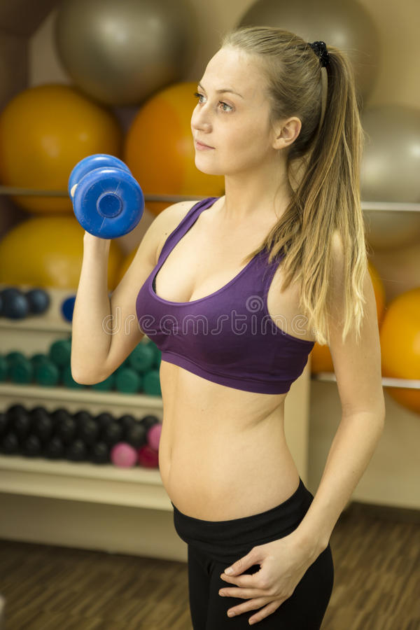Entrenamiento del peso de la mujer de la pesa de gimnasia en gimnasio fotos de archivo