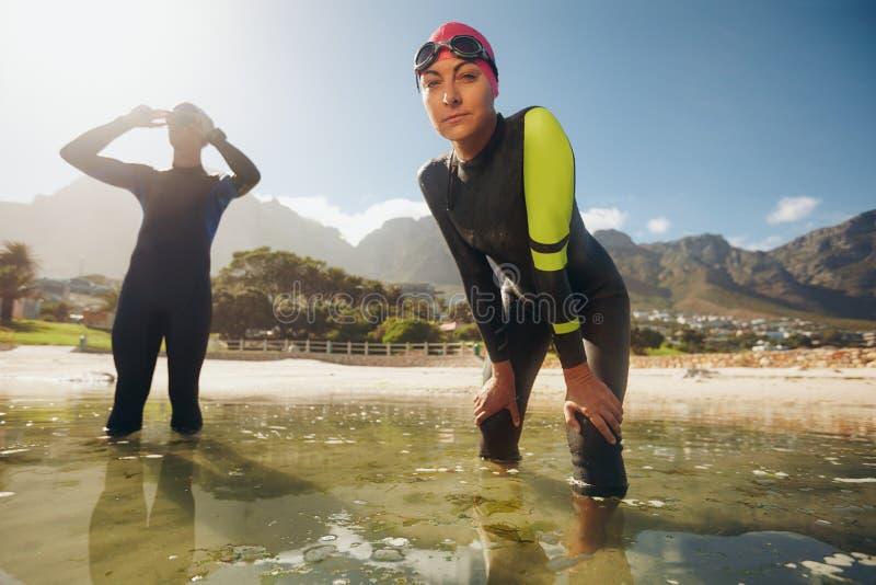Entrenamiento del Triathlon en el lago imagenes de archivo