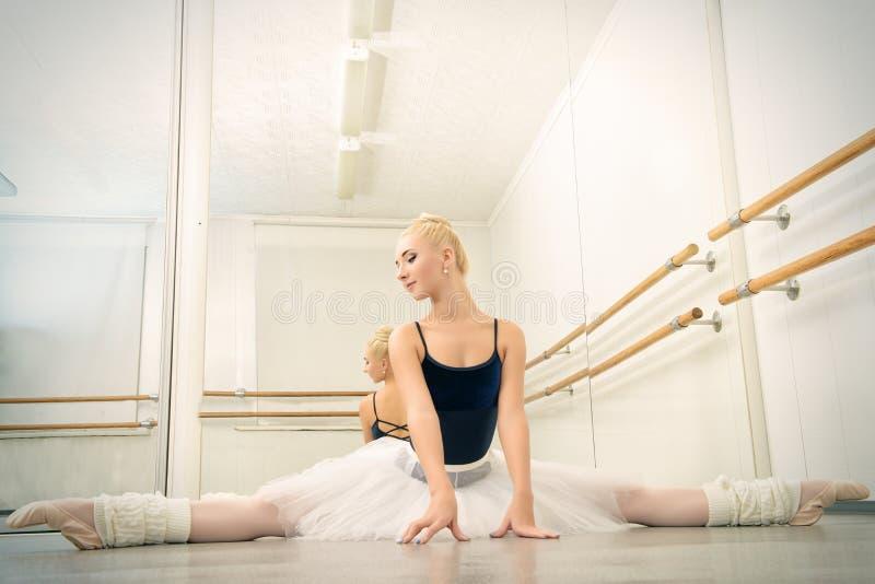 Entrenamiento en clase del ballet imágenes de archivo libres de regalías