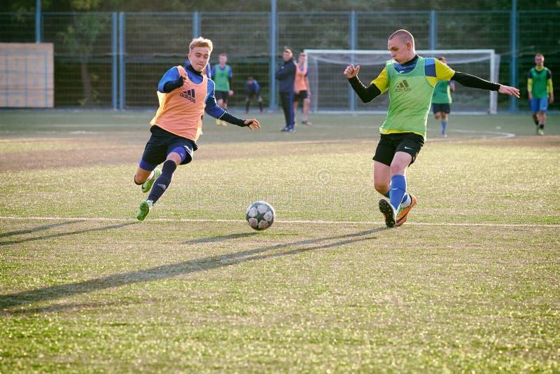 Entrenamiento en el fútbol para el equipo de la juventud fotos de archivo libres de regalías