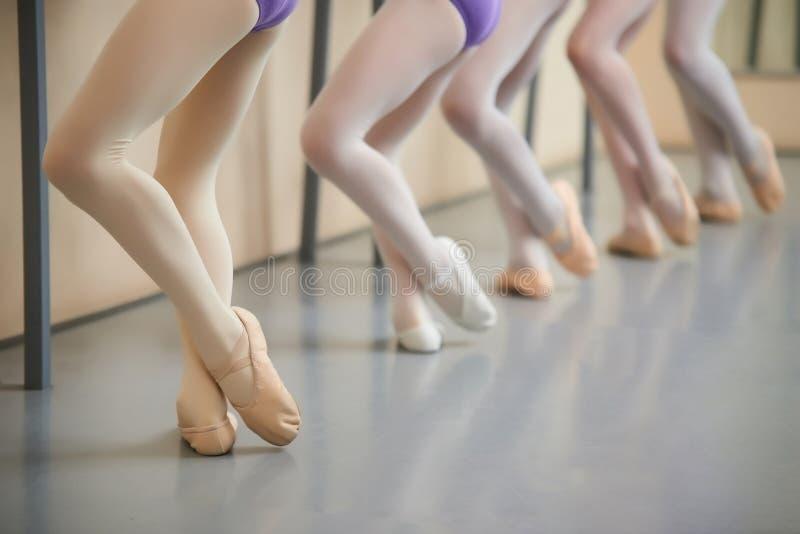 Entrenamiento en el pasillo, imagen cosechada de la bailarina imagenes de archivo
