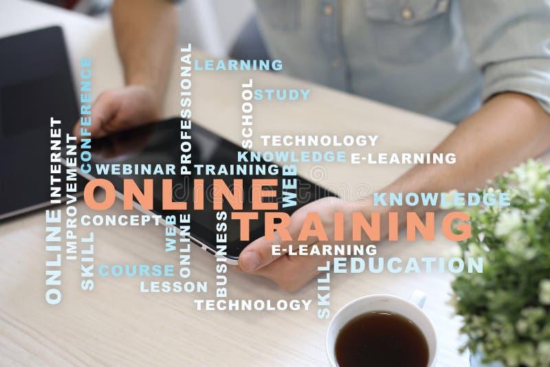 Entrenamiento en línea en la pantalla virtual Concepto de la educación Nube de las palabras foto de archivo libre de regalías