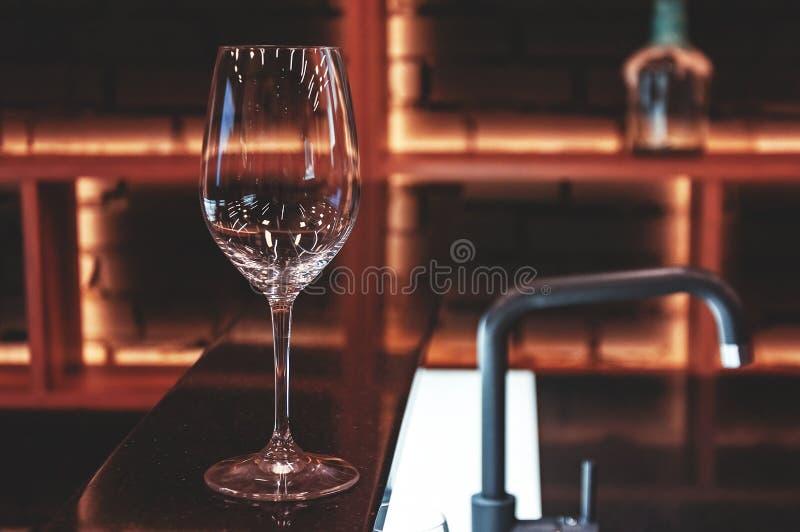 Entrenamiento en sommelier de la escuela Escuela del vino Vidrio vacío en la tabla en el sommelier de la escuela te?ido imagenes de archivo
