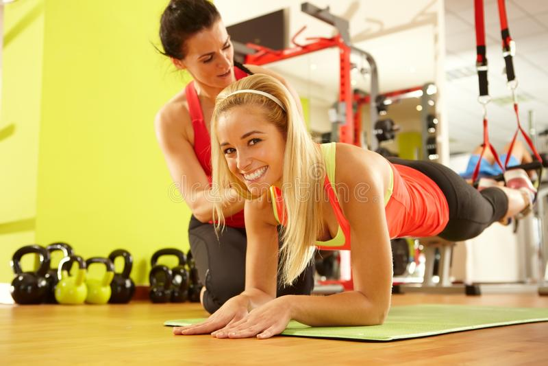 Entrenamiento feliz de la mujer en gimnasio imagen de archivo