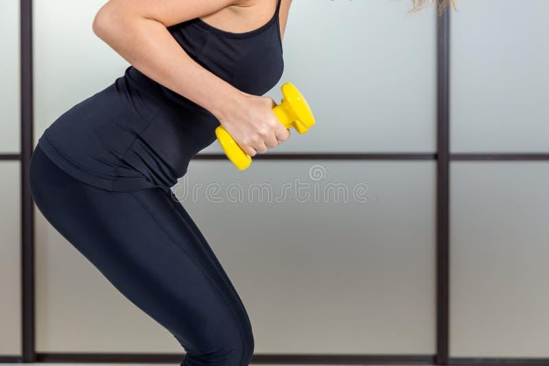 Entrenamiento femenino con dumbbell isolada foto de archivo