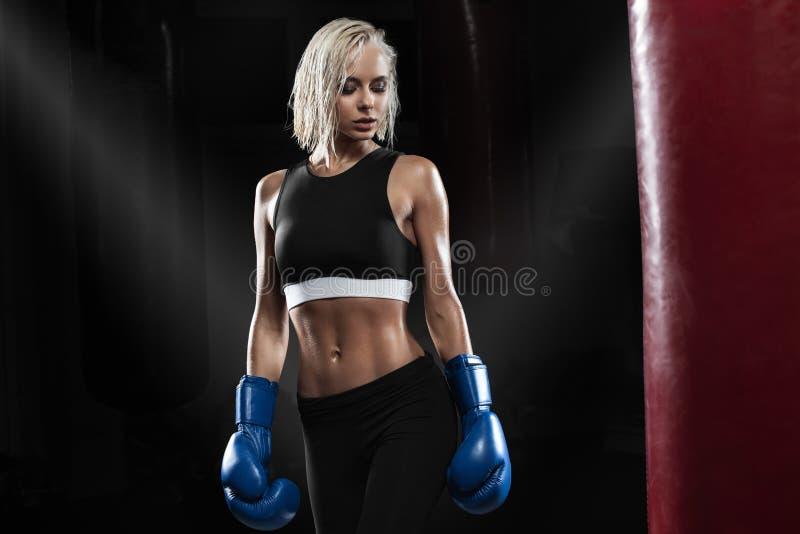 Entrenamiento femenino del boxeador Mujer activa que presenta en guantes de boxeo fotografía de archivo libre de regalías