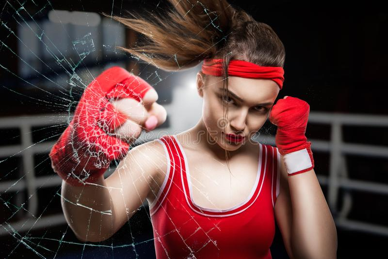 Entrenamiento femenino en gimnasio, entrenamiento del boxeador del boxeo fotografía de archivo