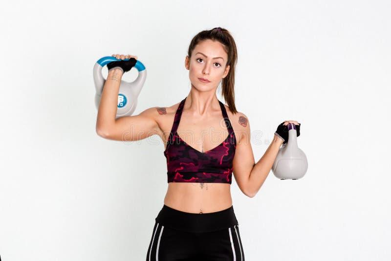Entrenamiento fuerte de la mujer con el kettlebell imagen imagenes de archivo