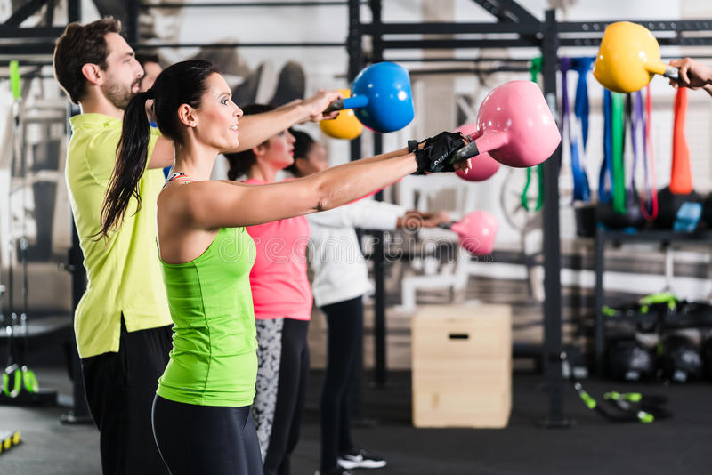 Entrenamiento funcional de la aptitud en gimnasio del deporte foto de archivo
