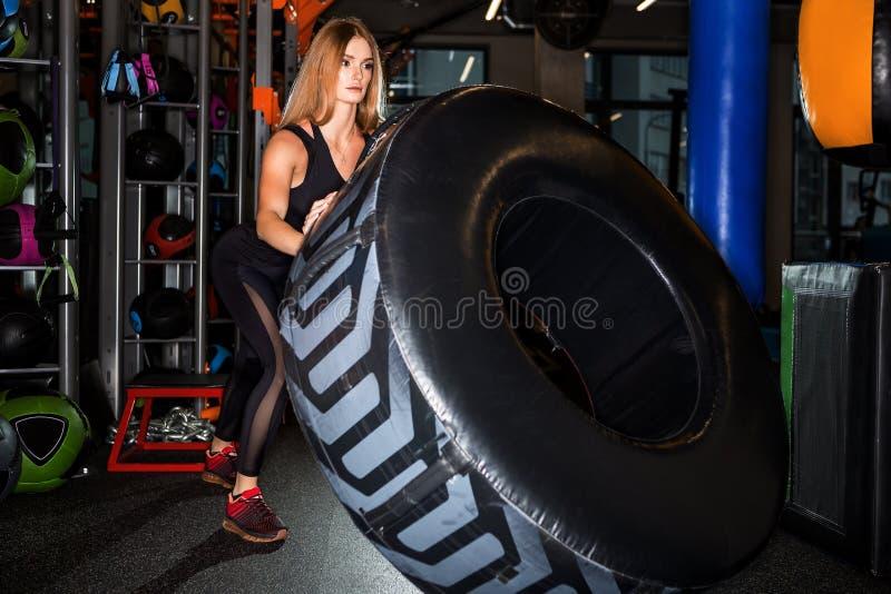 Entrenamiento funcional de la muchacha hermosa en gimnasio fotos de archivo libres de regalías