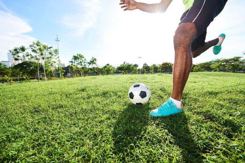 Entrenamiento intensivo del jugador de fútbol fotos de archivo
