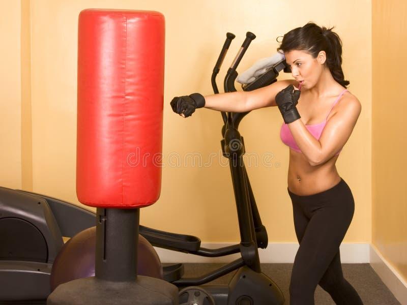 Entrenamiento kickboxing de la hembra imagen de archivo
