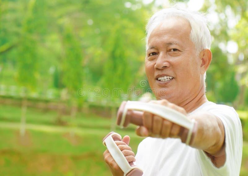 Entrenamiento mayor asiático foto de archivo libre de regalías
