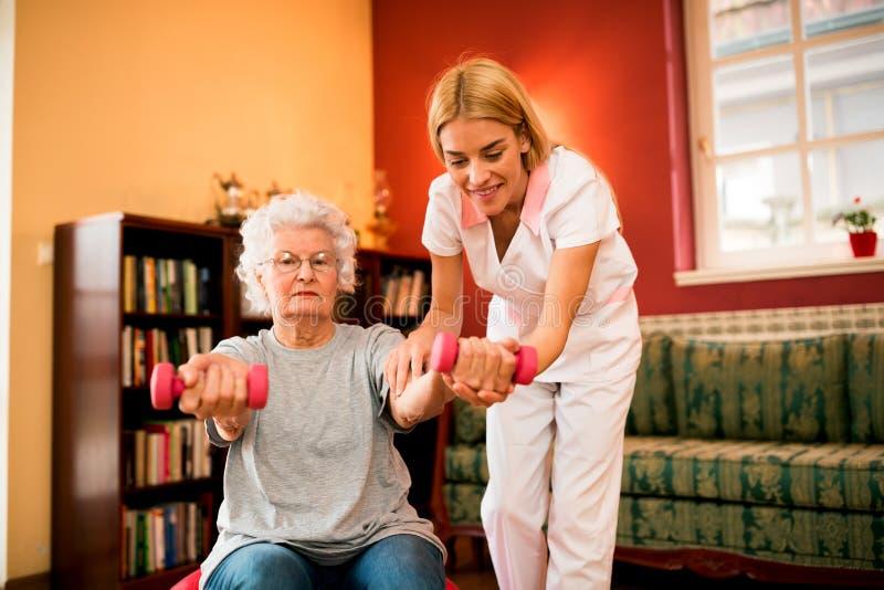 Entrenamiento mayor de la mujer con pesas de gimnasia imágenes de archivo libres de regalías