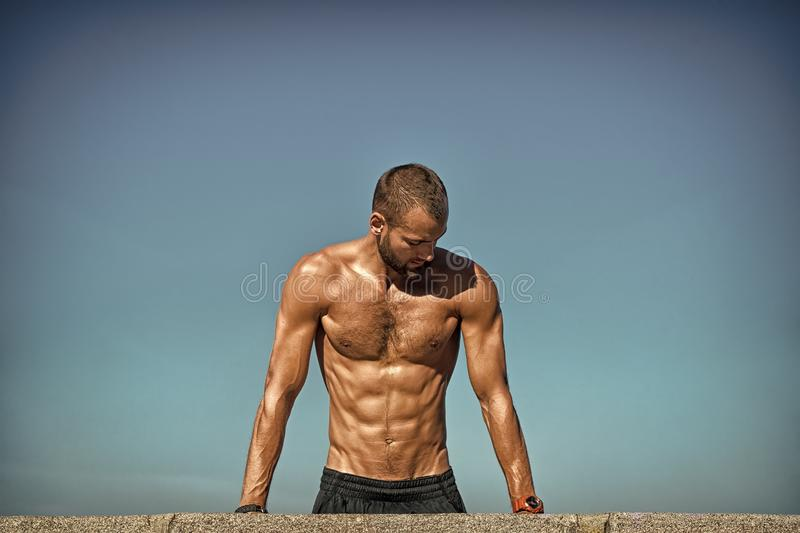Entrenamiento motivado del individuo El deportista mejora su fuerza cerca empuja hacia arriba ejercicio Desaf?o de los pectorales fotografía de archivo