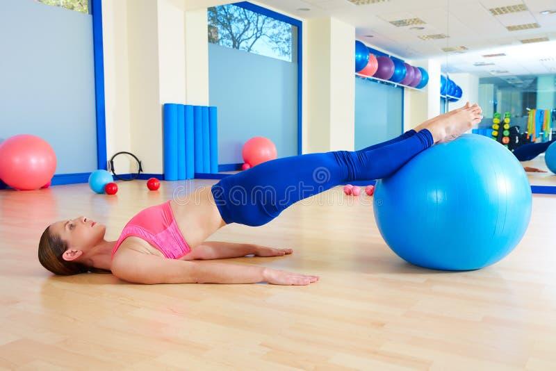 Entrenamiento pélvico del ejercicio del fitball de la elevación de la mujer de Pilates foto de archivo libre de regalías