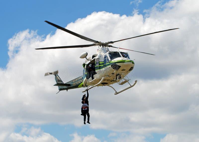 Entrenamiento que conduce del helicóptero del rescate del fuego imagenes de archivo