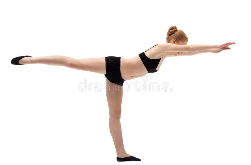 Entrenamiento rubio joven de la mujer en asana de la yoga fotografía de archivo