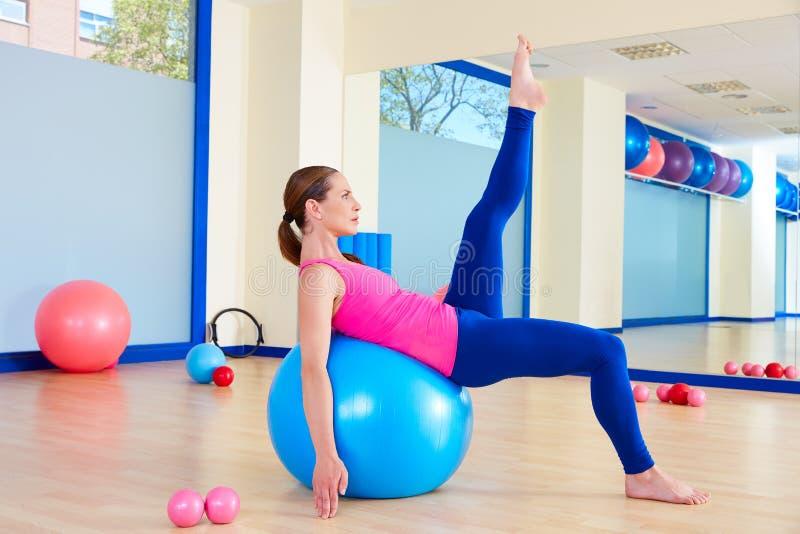 Entrenamiento suizo del ejercicio de la bola del fitball de la mujer de Pilates foto de archivo libre de regalías