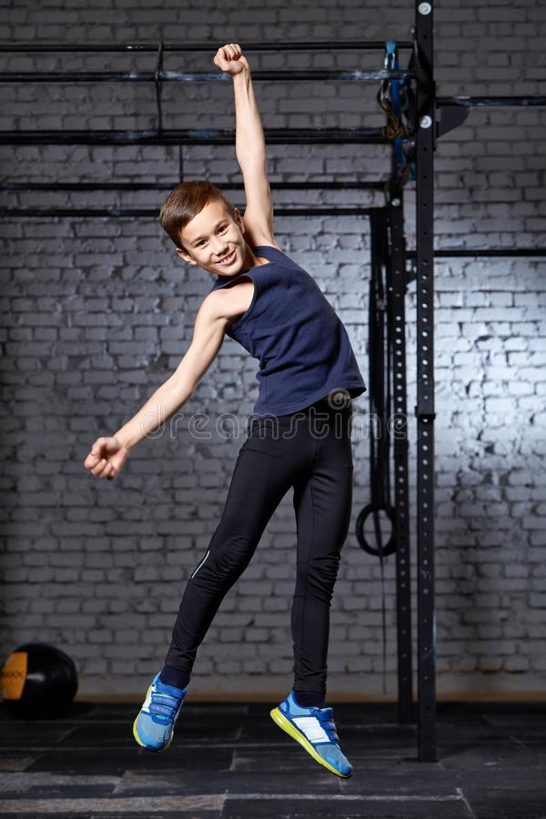 Entrenamiento y deporte Niño en gimnasio del crossfit Forma de vida sana imagenes de archivo