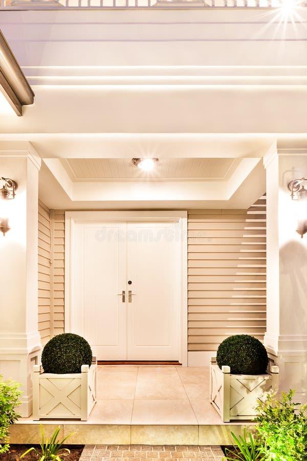 Download Entrence Tür Des Schönen Hauses Mit Dem Blumentopf Zwei Auf Jedem  Stockfoto Bild