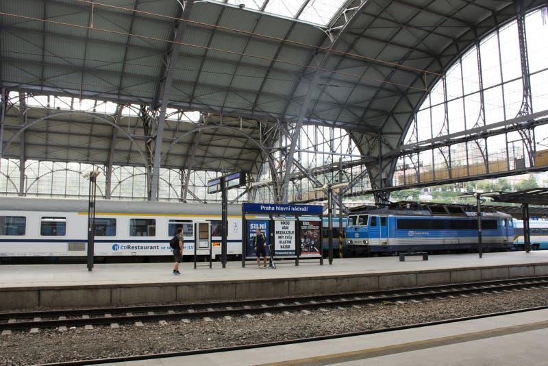 Entrene en el ferrocarril de Praga o el nadrazi principal del hlavni de Praga en Praga, República Checa fotografía de archivo