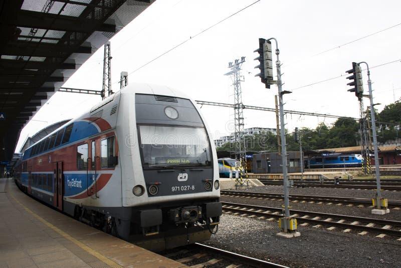 Entrene en el ferrocarril de Praga o el nadrazi principal del hlavni de Praga en Praga, República Checa imagenes de archivo