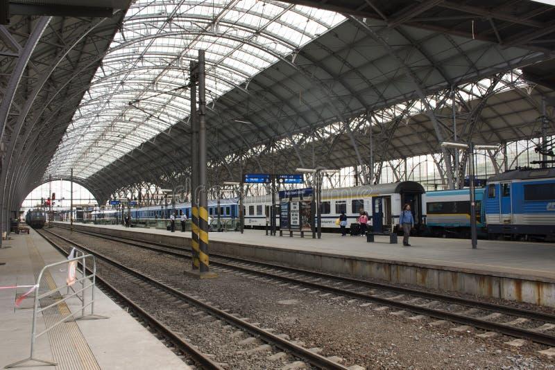 Entrene en el ferrocarril de Praga o el nadrazi principal del hlavni de Praga en Praga, República Checa imágenes de archivo libres de regalías