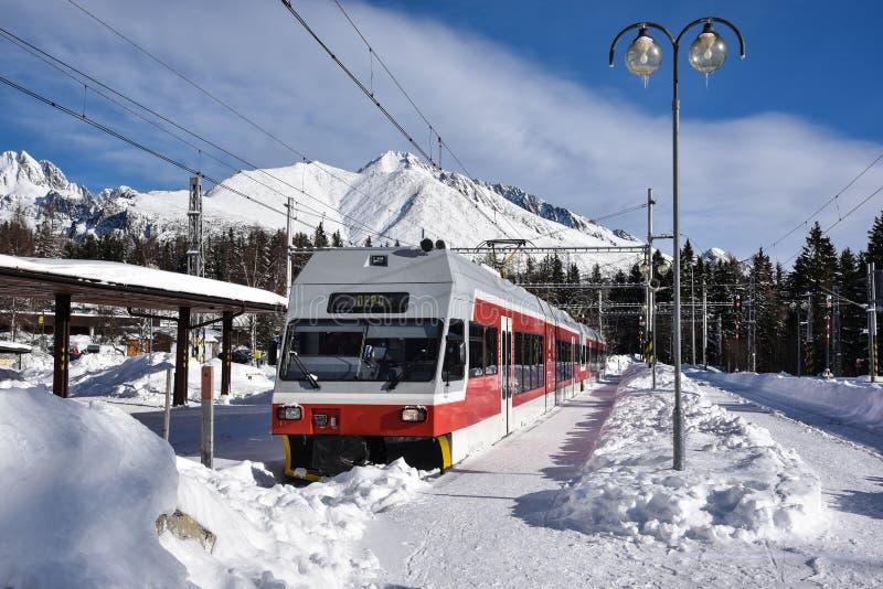Entrene en la pequeña estación en altas montañas eslovacas fotos de archivo