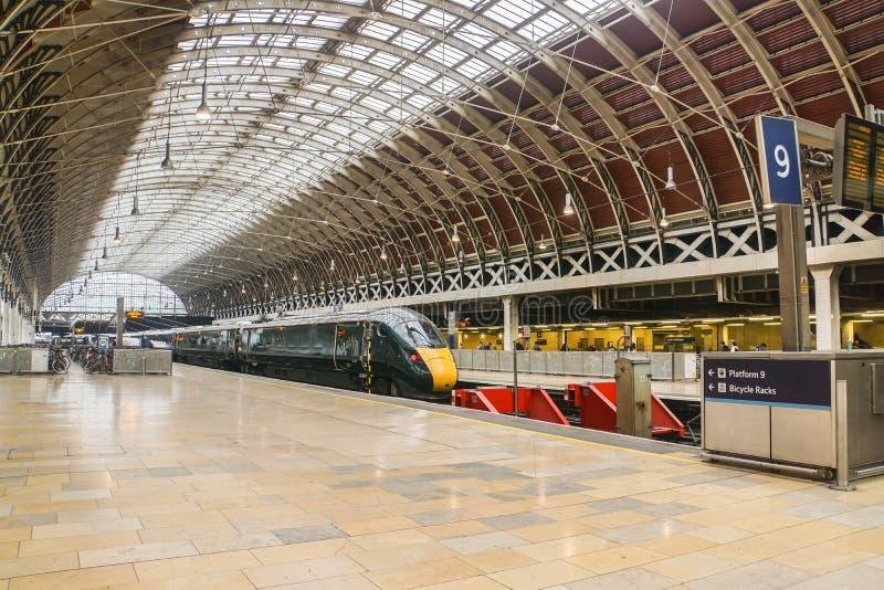 entrene en la plataforma para la salida al suburbio en la estación de tren Londres de Paddington imagenes de archivo