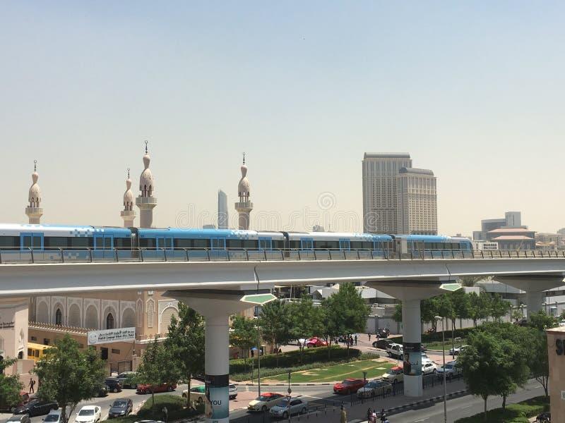 Entrene a la estación de metro inminente de Oud Metha en Dubai imágenes de archivo libres de regalías