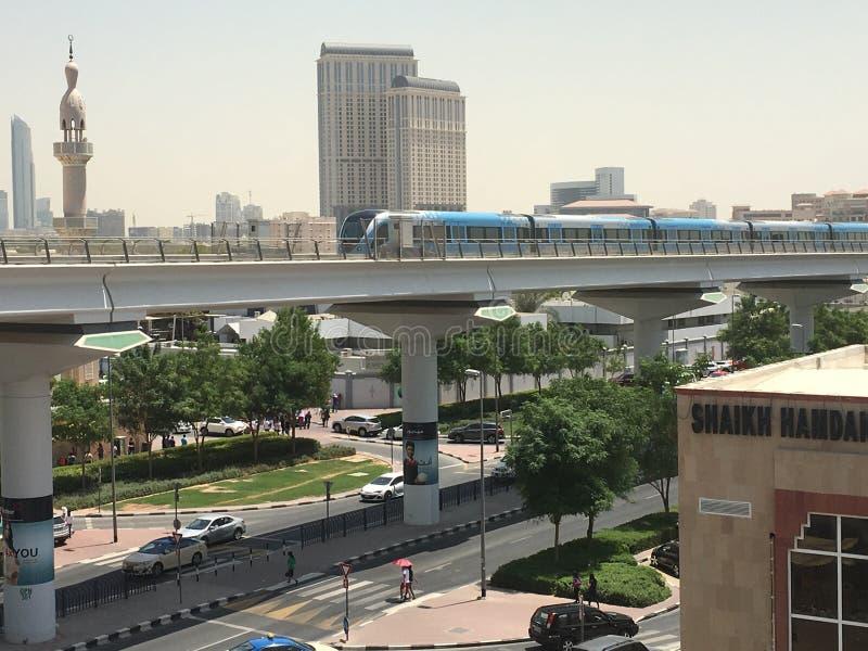 Entrene a la estación de metro inminente de Oud Metha en Dubai fotos de archivo