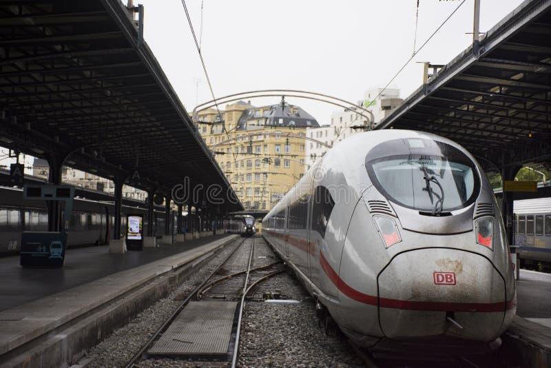 Entrene a la parada que espera en el terminal envían y reciben al pasajero en la plataforma de Gare de París-Est o de París Gare  fotografía de archivo libre de regalías