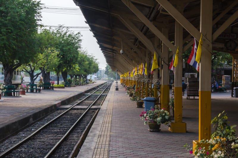 Entrene a la vía, al ferrocarril o a la plataforma, estación Lampang, Lampan fotografía de archivo libre de regalías