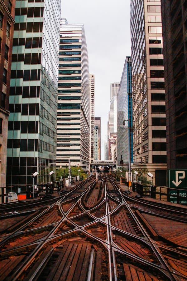 Entrene a las vías, ciudad de los edificios céntricos de Chicago los E.E.U.U. imágenes de archivo libres de regalías