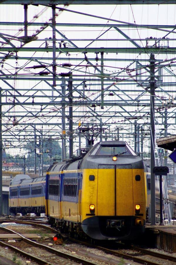 Entrene a venir adentro en la estación central Utrecht, Holanda, los Países Bajos foto de archivo