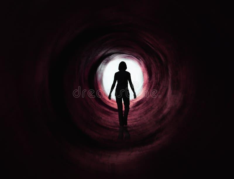 Entrent dans la lumière - paranormale - le tunnel rouge foncé photo stock