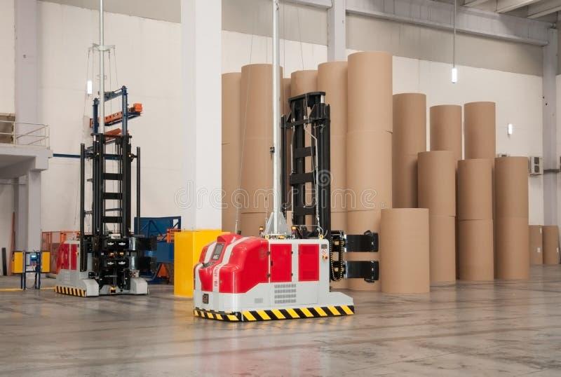 Entrepôt automatisé (papier) avec le chariot élévateur robotique image libre de droits