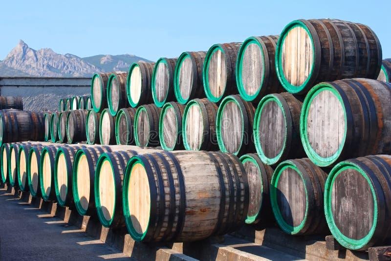 Entrepôt avec des tonneaux de vin avec la Madère à l'extérieur photographie stock