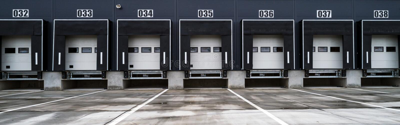 Entrepôt avec portes industrielles pour le chargement des camions à quai photo libre de droits
